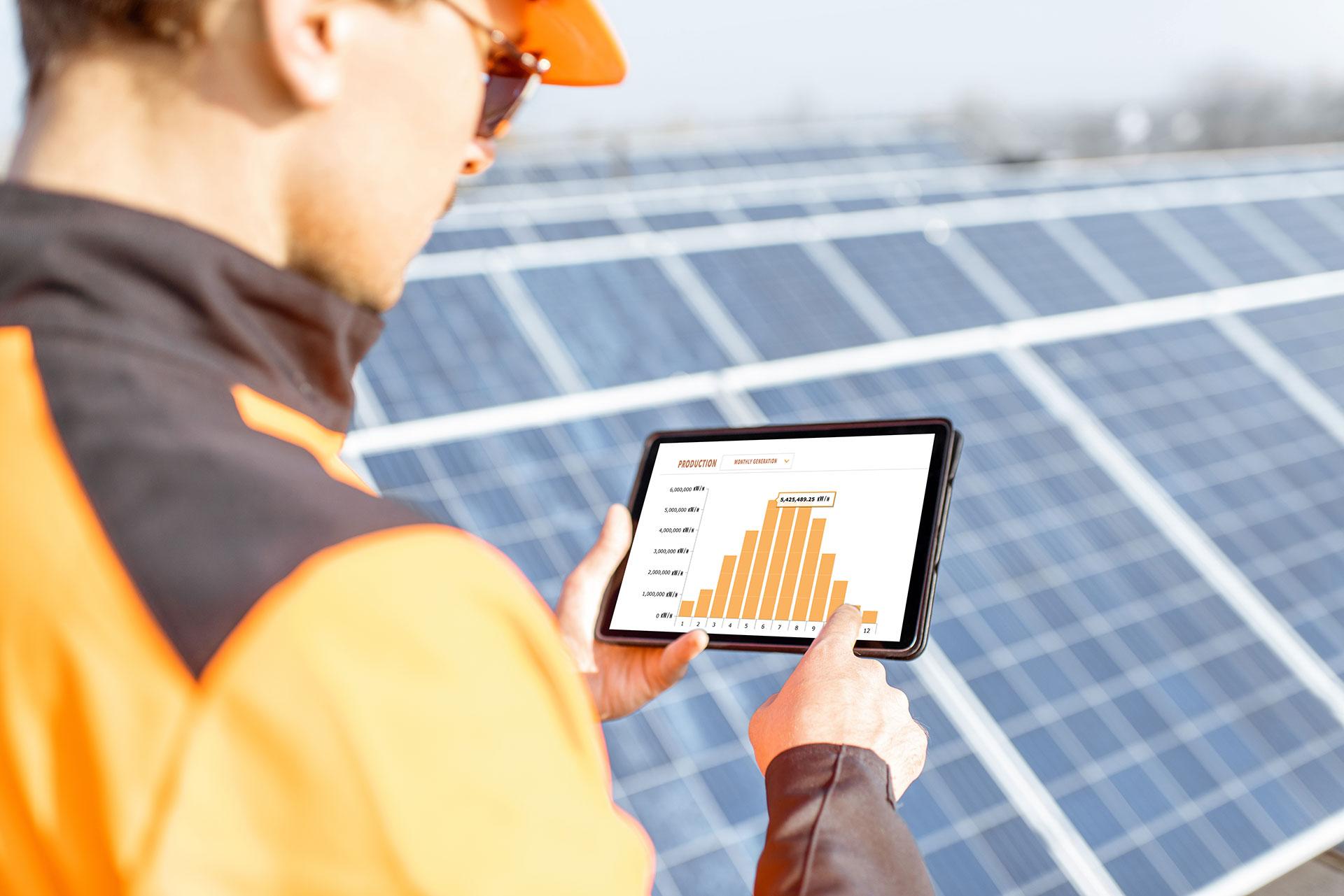 La-CAMDA-energies_technicien-photovoltaique-avec-tablette